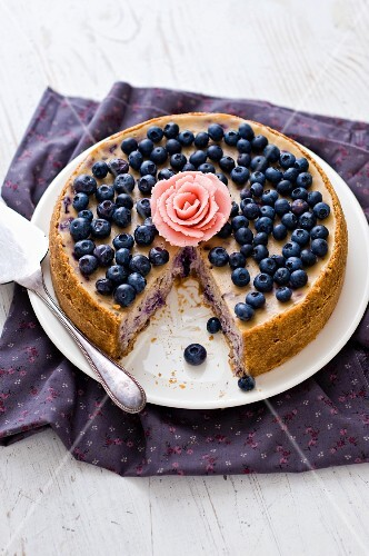 Cheesecake with blueberries and bananas