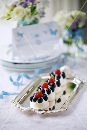 Berry meringues