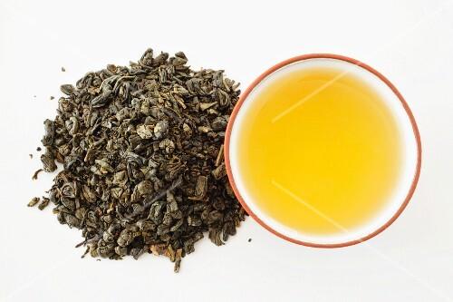 Gunpowder green tea (tea bowl and tea leaves)