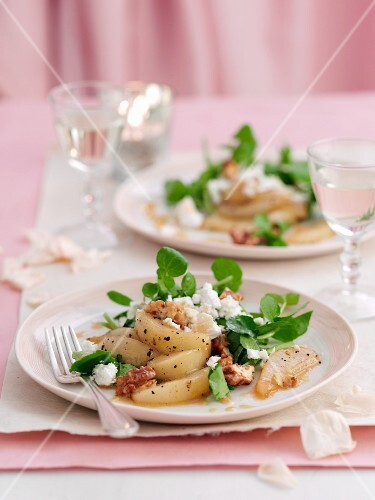 Pear salad with black pepper, walnuts and ricotta
