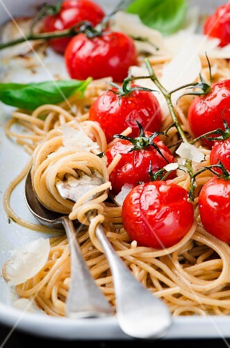Whole wheat spaghetti with cherry tomatoes and parmesan (close up)