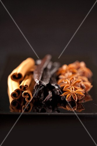 Cinnamon sticks, vanilla pods and a star anise