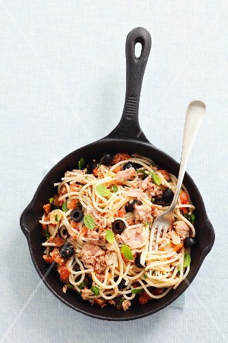 Spaghetti with tuna, tomatoes and black olives