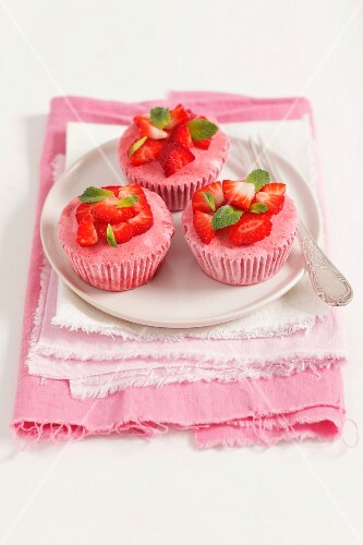 Frozen strawberry mousse with fresh strawberries