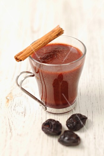 Grog with red wine, prunes and a cinnamon stick
