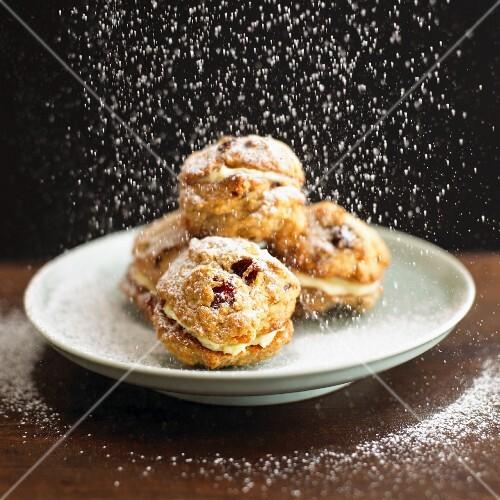 Rock cake snowballs with powdered sugar (England)