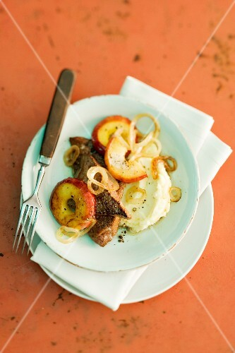 Fried calf's liver with apples and onions
