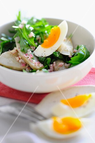 Salad with Jerusalem artichoke, onion and egg