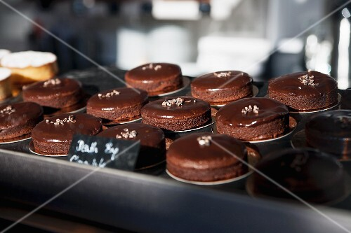 Little chocolate cakes in a bakery