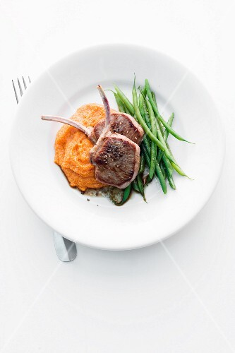 Lamb chops with green beans and tomato polenta