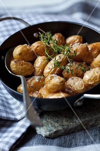 Oven potatoes with salt and thyme