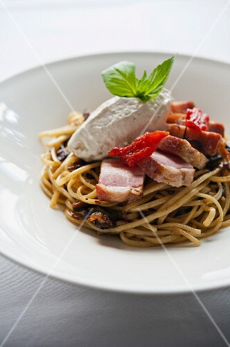 Spaghetti with mozzarella and bacon