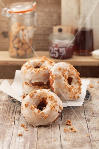 Amarettini doughnuts with sugar glaze