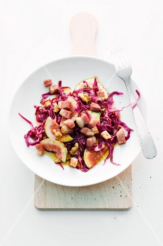 Red cabbage salad with figs, walnuts and ham