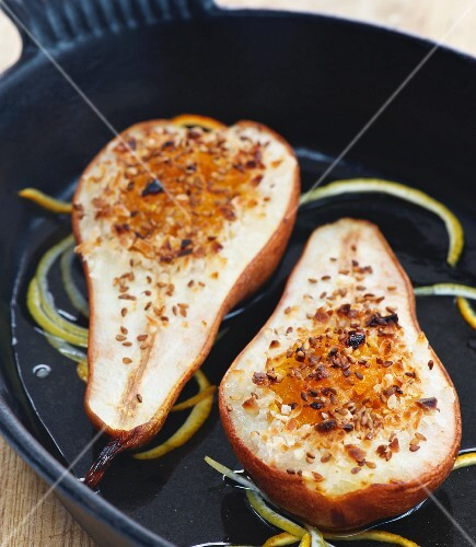 Pears with apricot confit, sesame seeds and lemon, cooked in the oven