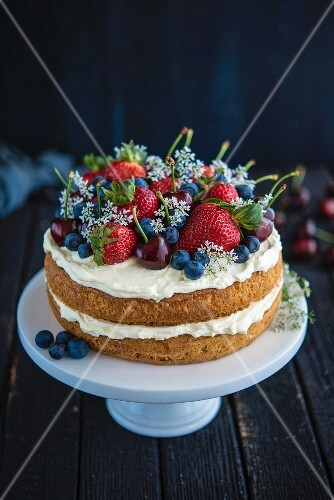 Sponge cake with cream and berries