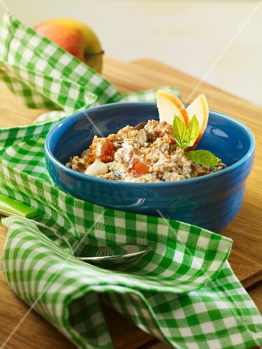 Protein-rich muesli with apple