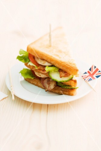 Toasted club sandwich with bacon, cucumber and tomato (England)