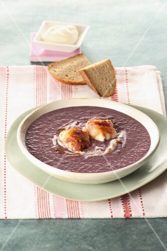 Red cabbage soup with bread
