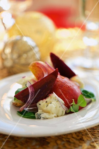 A winter salad with beetroot, Gorgonzola and pears