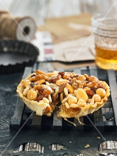 Nut tartlet with raisins and honey