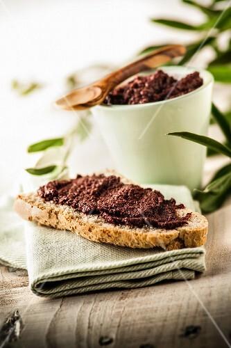 Crostino con crema di olive (toast with olive spread, Italy)