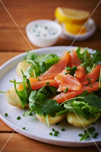 Boiled potatoes with salmon and rocket