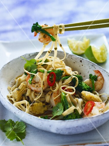 Wide noodles with king prawns and broccoli (Thailand)