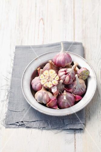 Fresh bulbs of garlic in a bowl