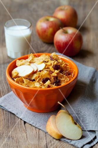 Cornflakes with raisins and apple
