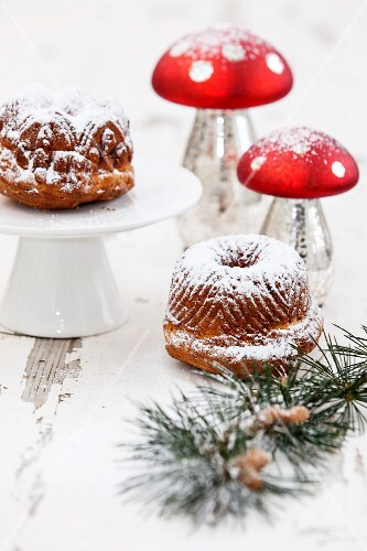 Bundt cakes dusted with icing sugar for Christmas