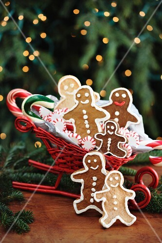 Gingerbread men in a sleigh-shaped basket