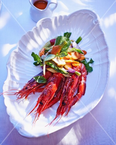 King prawns with asparagus salad