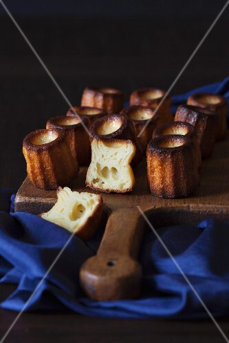 Canelés de Bordeaux (French sweet little treats)