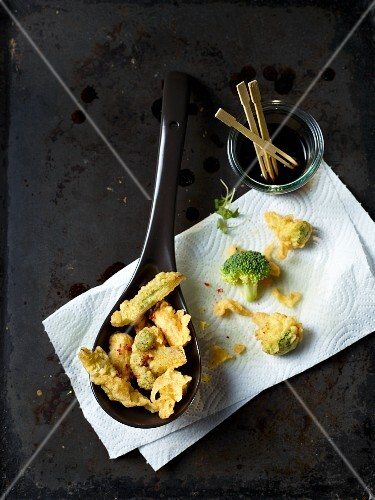 Tempura on a spoon and on kitchen paper