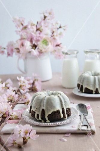 Bundt cake with icing sugar