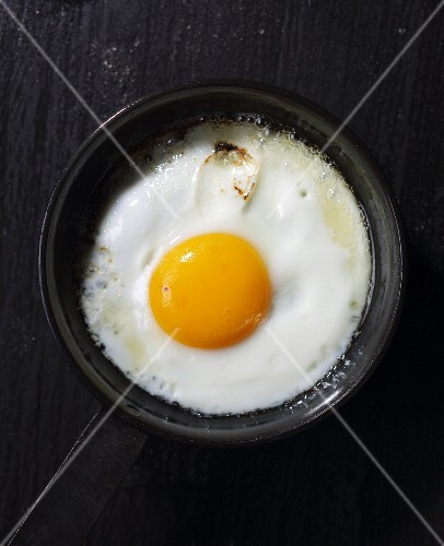 A fried egg in a pan (seen from above)