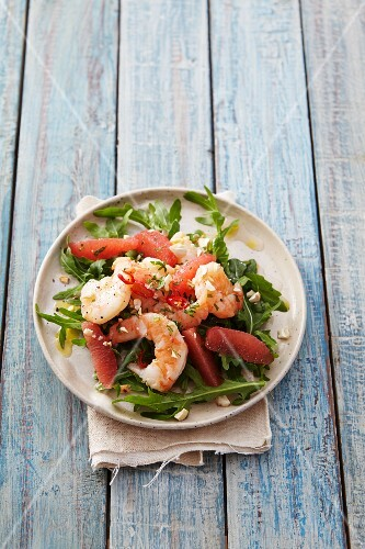 A rocket salad with prawns and pink grapefruit