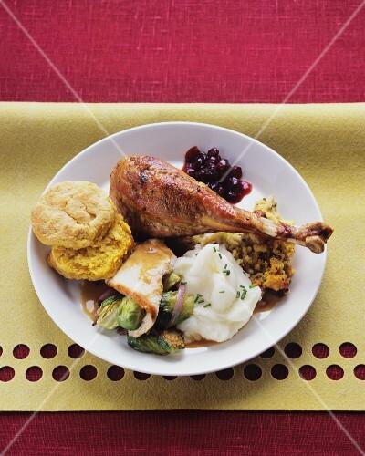 Roasted turkey leg with sides (USA)