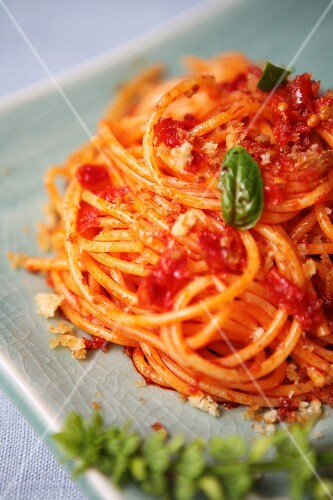 Pasta povera (spaghetti with tomato sauce and breadcrumbs, Italy)