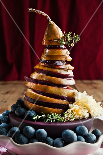 Birne-Rote Bete-Turm mit gehobeltem Käse und Blaubeeren
