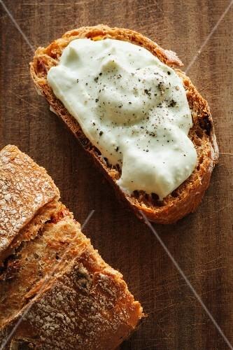 Brotscheibe mit Avocadocreme