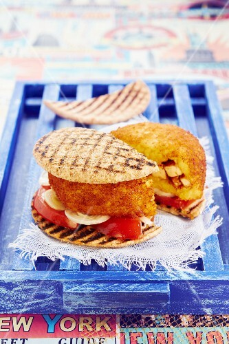 Arancini burgers with tomatoes and onions