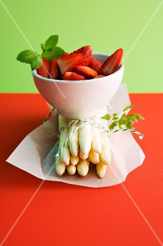 Strawberries and white asparagus