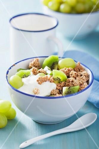 Crunchy muesli with yogurt, kiwis and green grapes