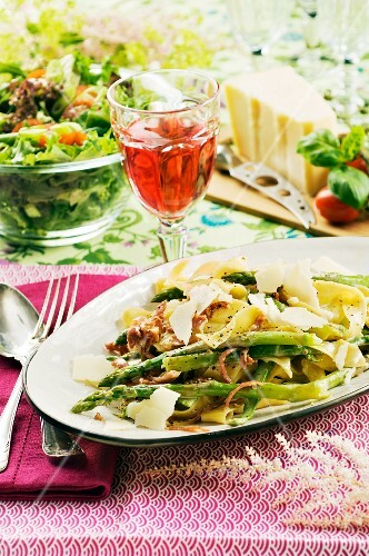 Pasta with asparagus, ham and Parmesan