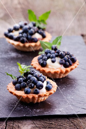 Blueberries tartlets with pudding