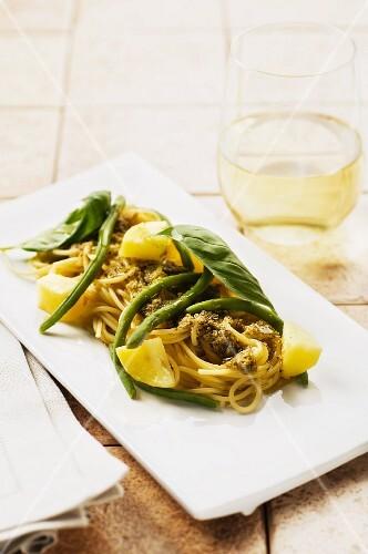 Spaghetti with pesto, potatoes and green beans