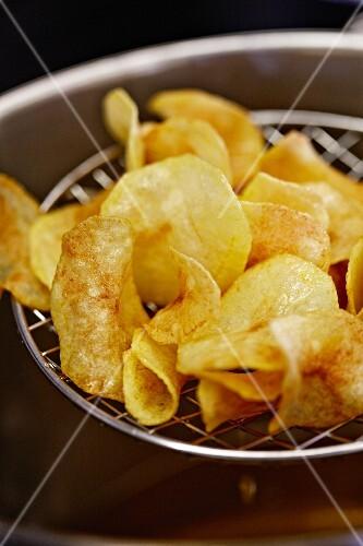 Making potato crisps