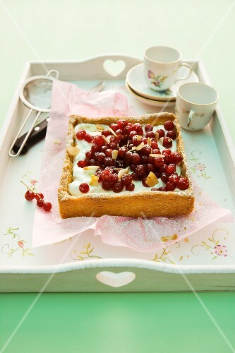 A redcurrant tart with cream